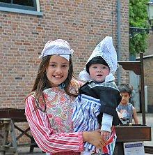 Kinder in der traditionellen Tracht